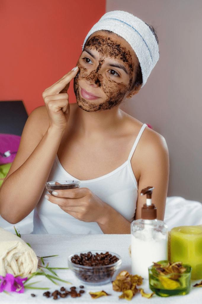 aplicando exfoliante de café en la cara