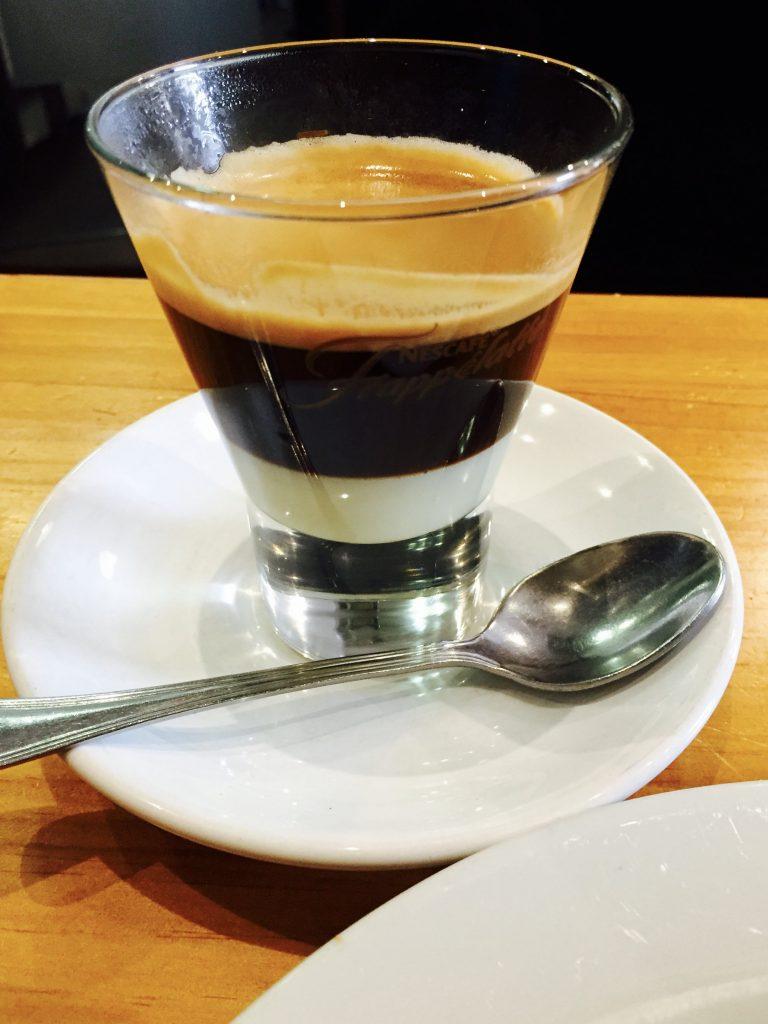 cafe bombón en vaso de bar