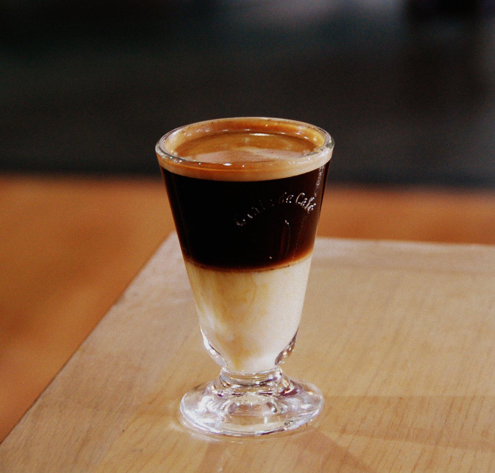 café bombón en vaso de vidrio