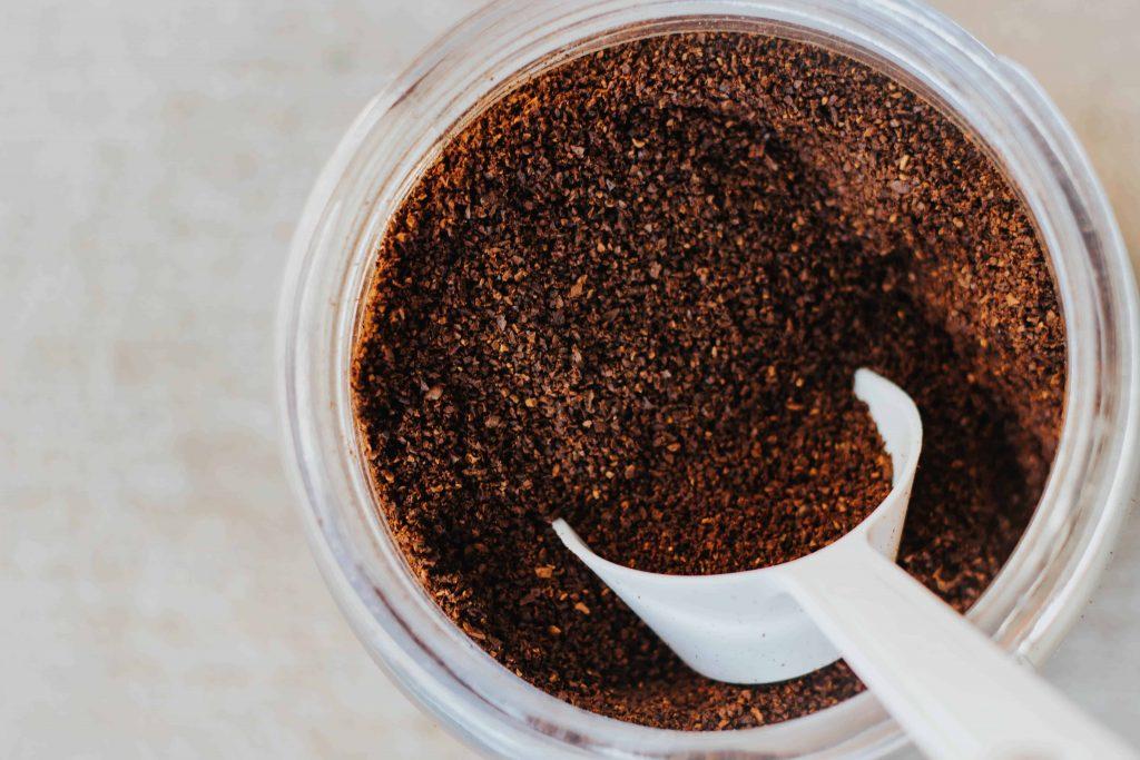 café molido en jarra