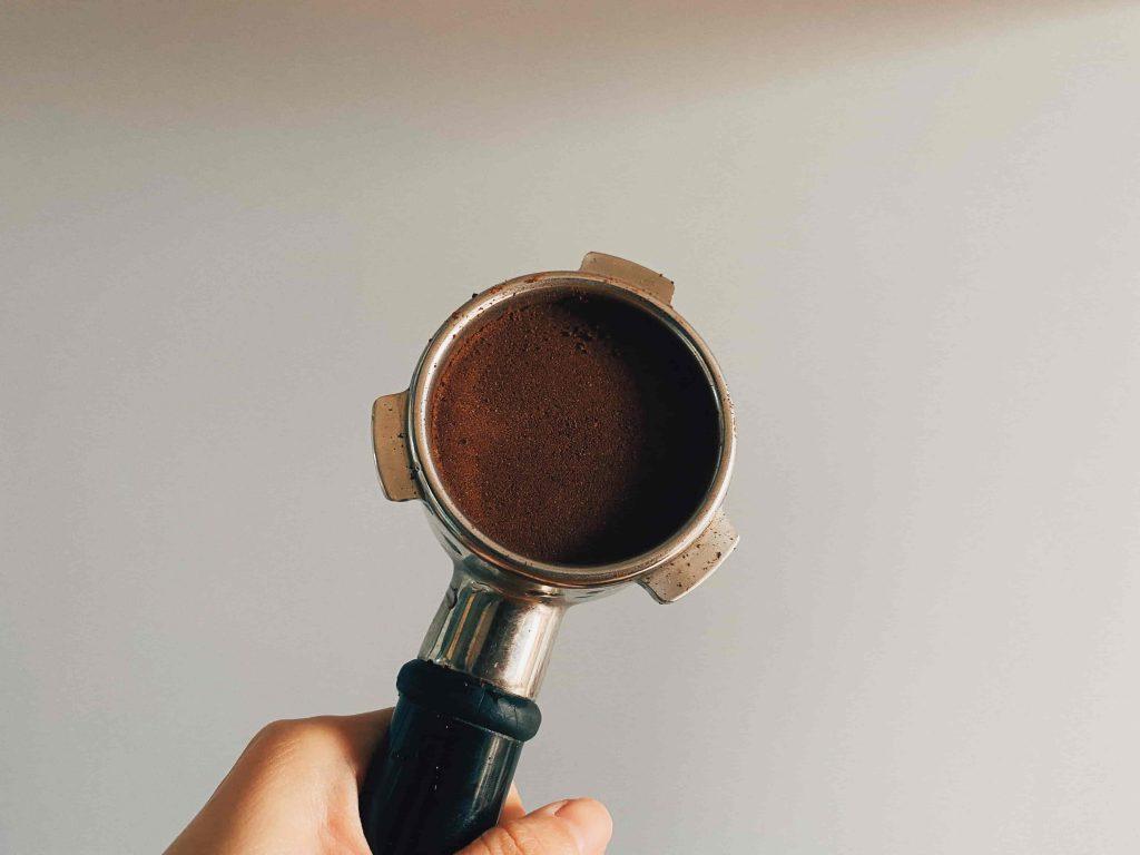 café molido en máquina