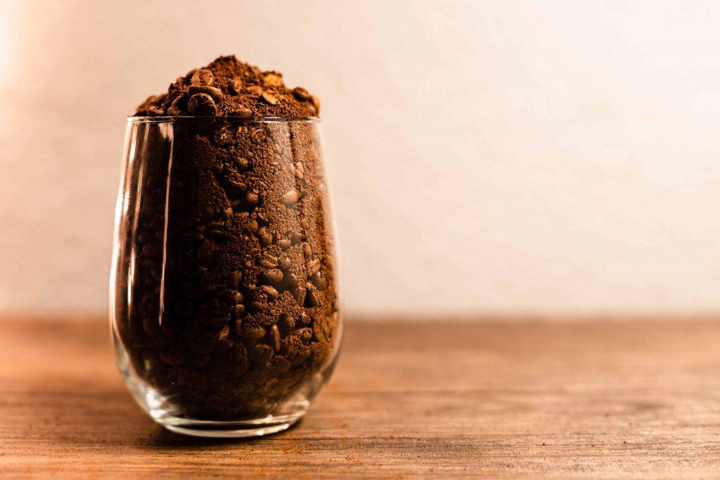 café molido en un vaso