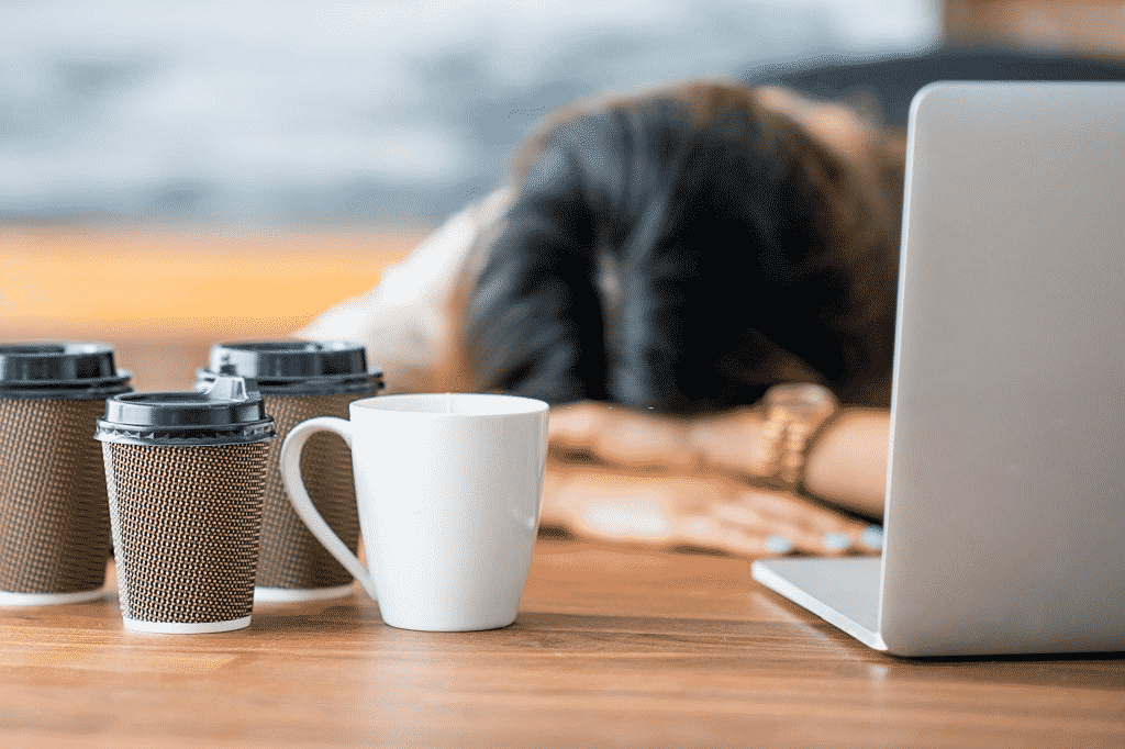 mujer estresada por exceso de café