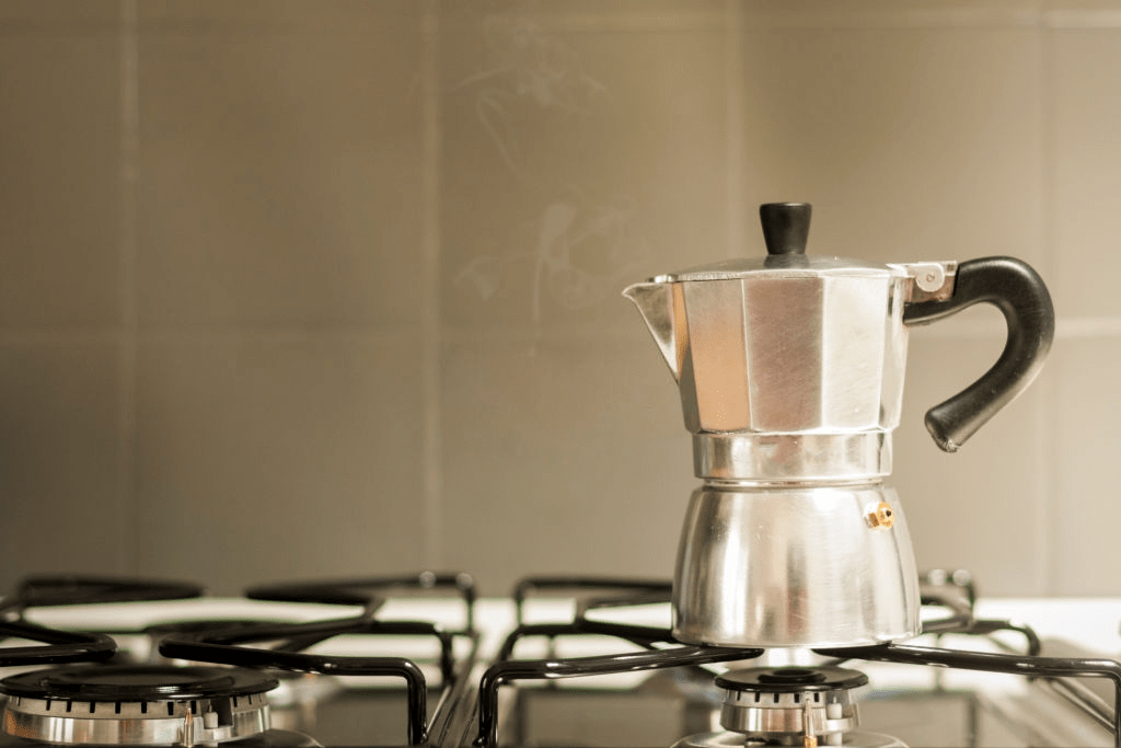 cafetera italiana en el fuego