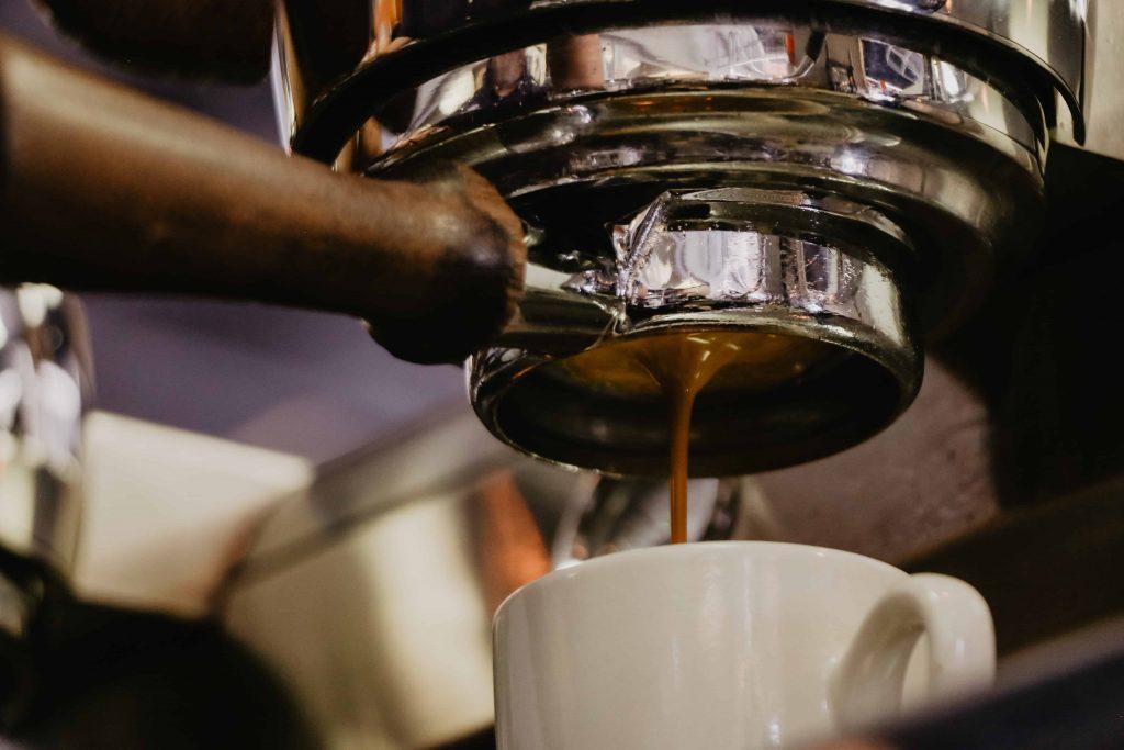 cafetera expreso sacando café