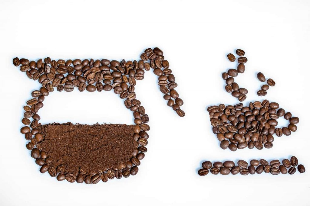 cafetera hecha de granos de café
