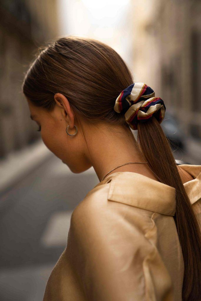 chica enseñando el pelo de espaldas