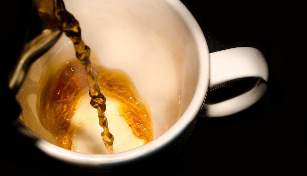 echando café en taza