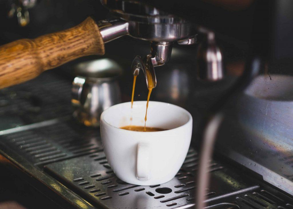 haciendo café expreso