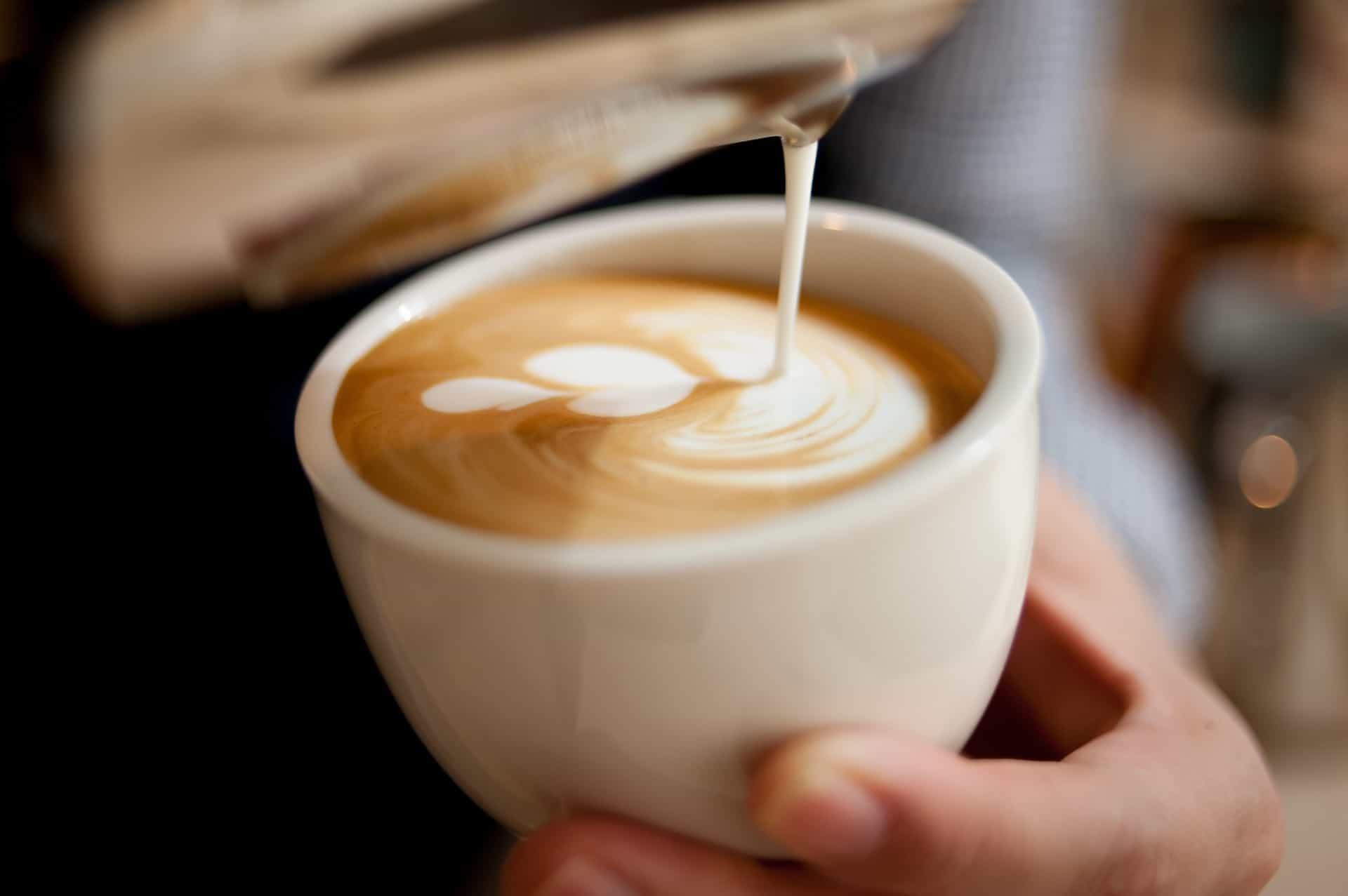 haciendo latte art