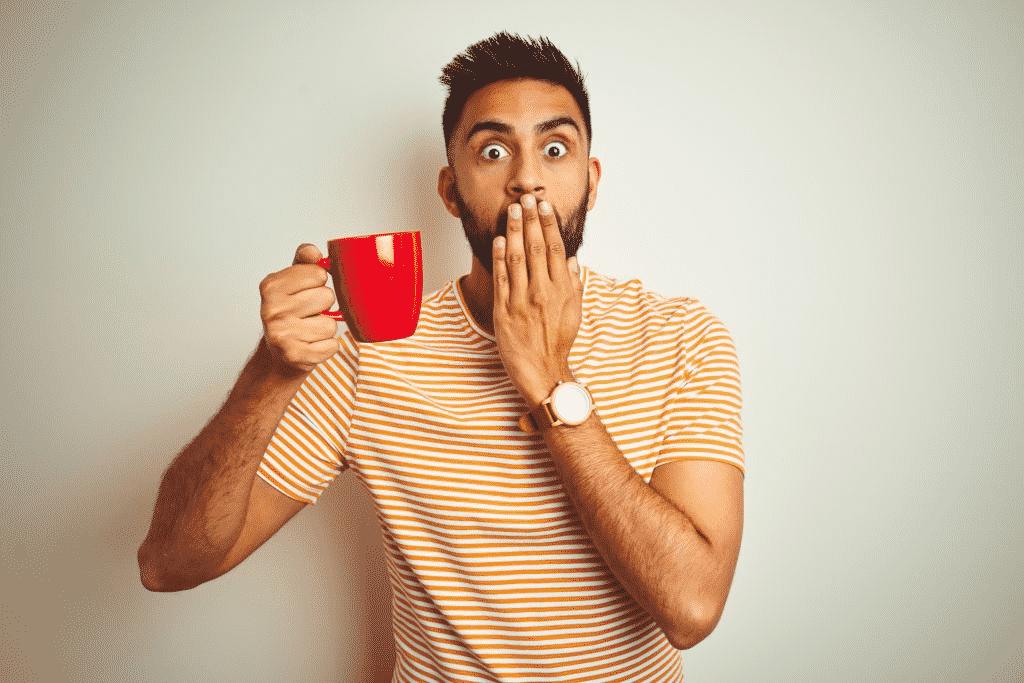 hombre sujetando taza de café
