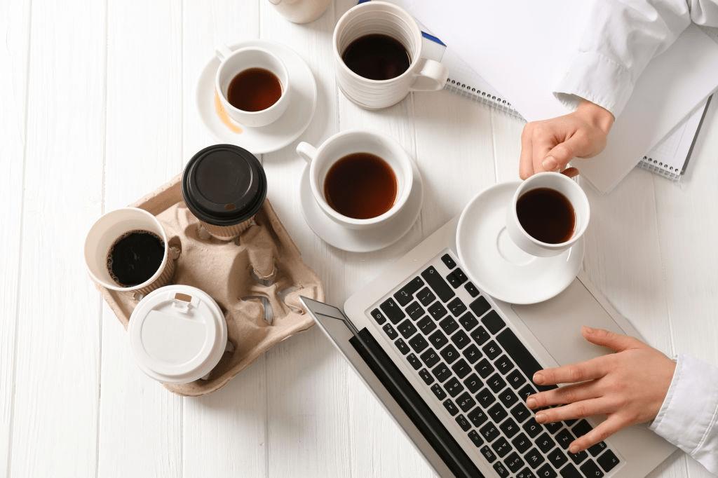tazas de café en una mesa