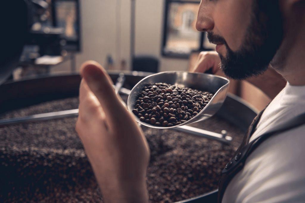 oliendo café en grano