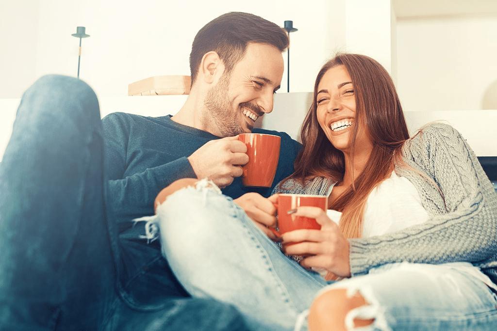 pareja bebiendo café