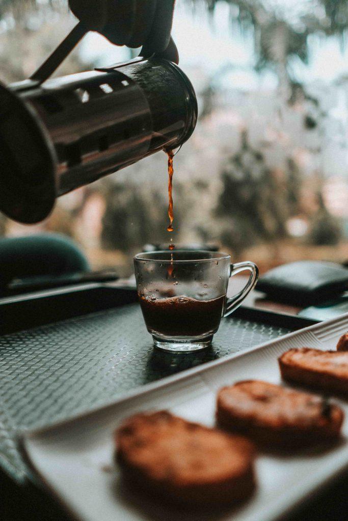 persona echando café en vaso