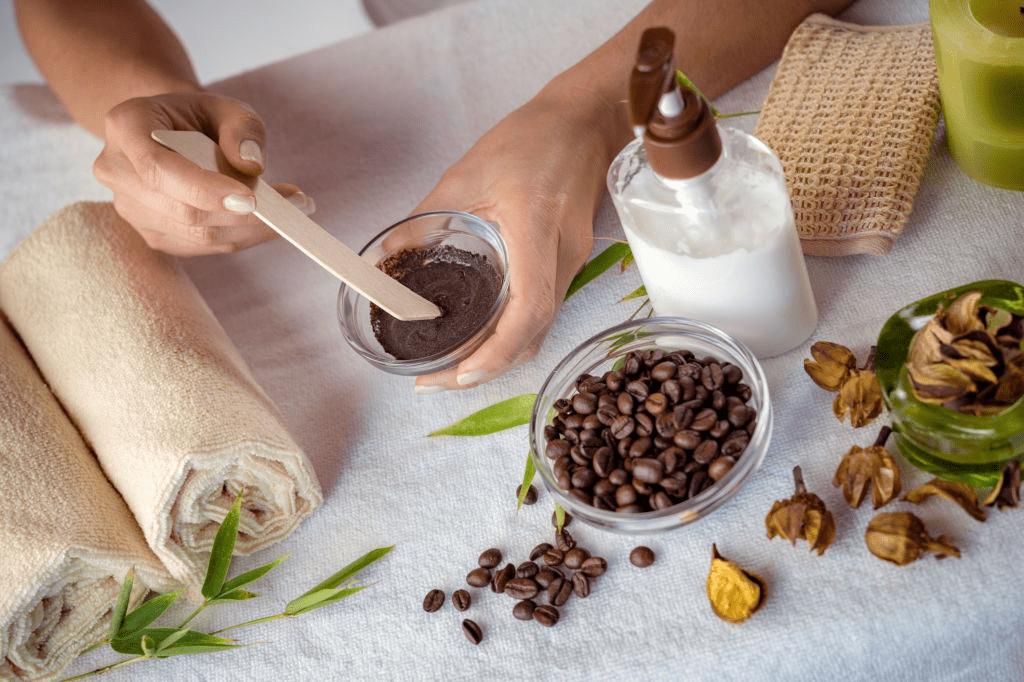 preparando exfoliante de café