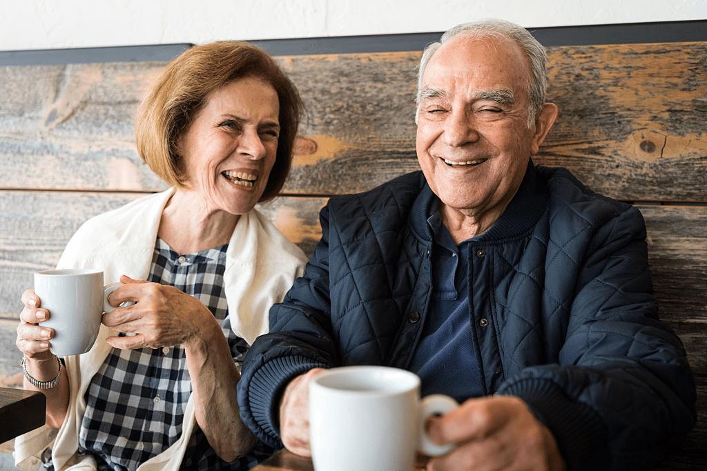 señores mayores bebiendo café