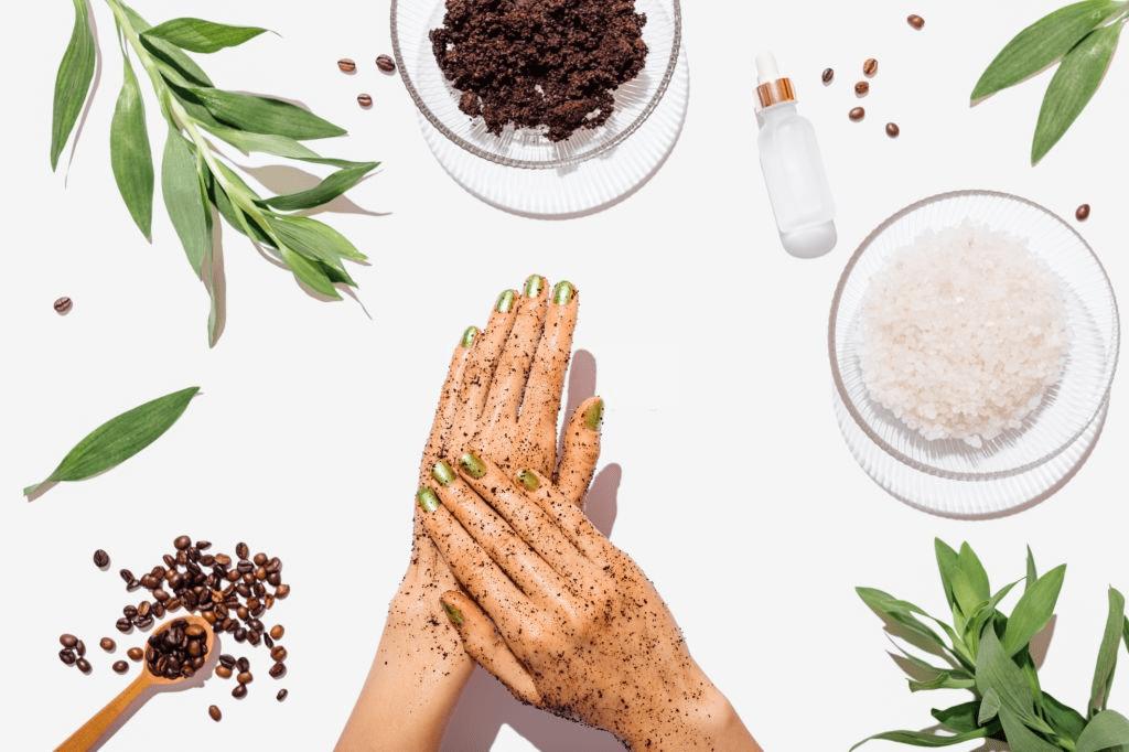 aplicando exfoliante en manos
