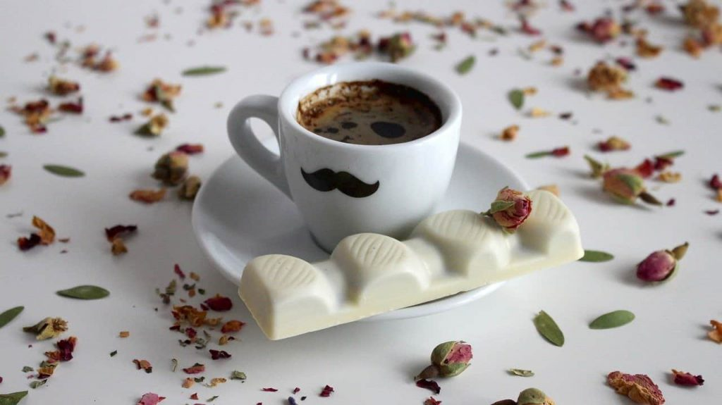 café con chocolate blanco