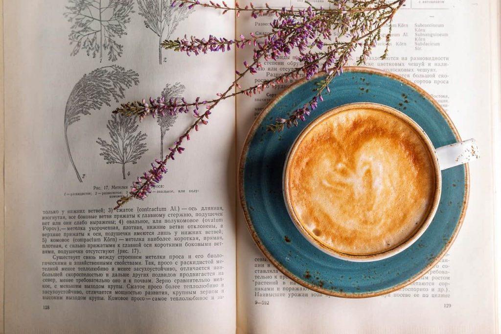 café sobre un libro