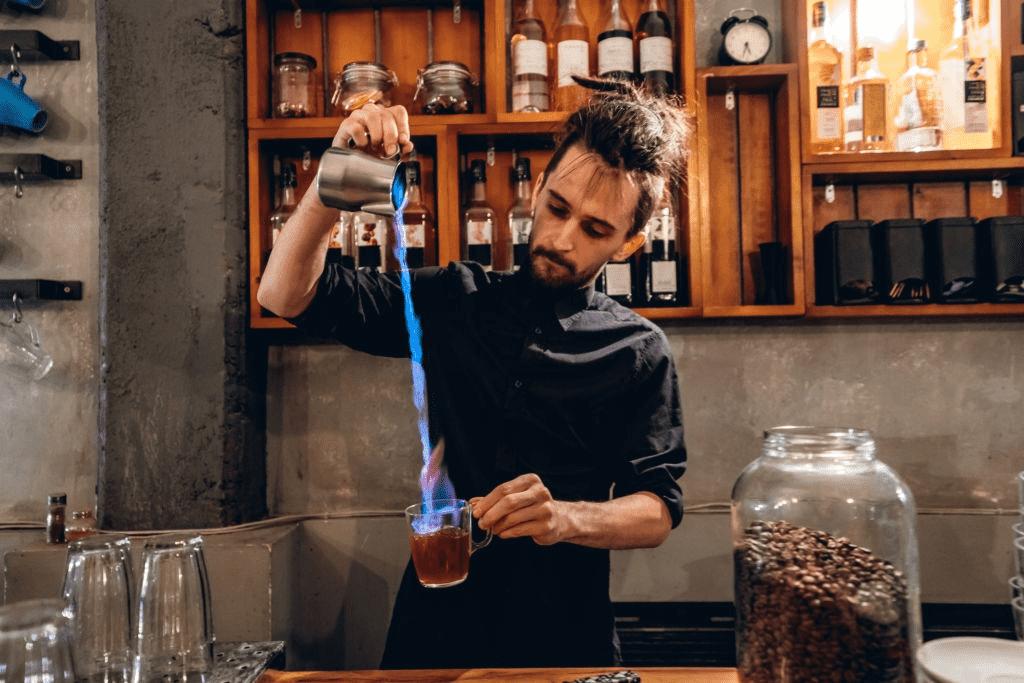 camarero flameando café irlandés
