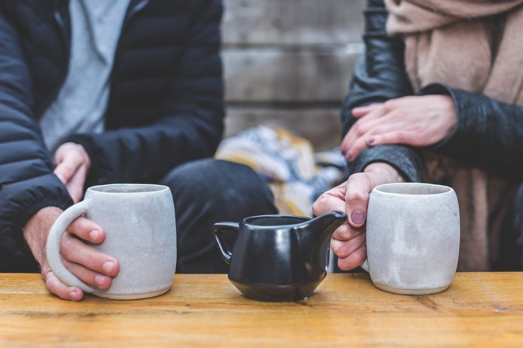 dos personas tomando café juntas