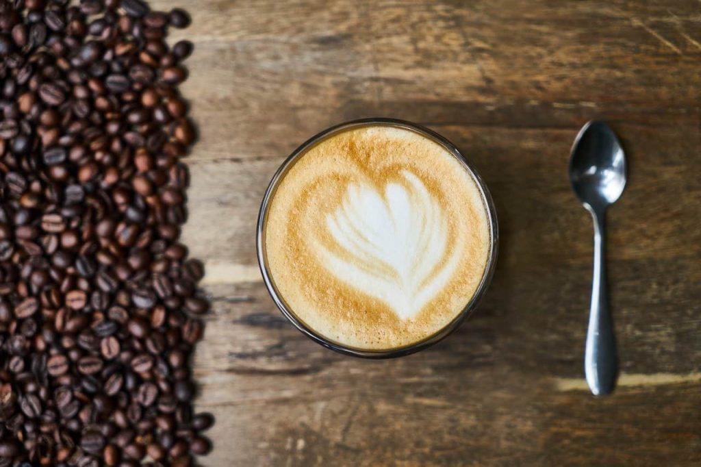 granos de café con café