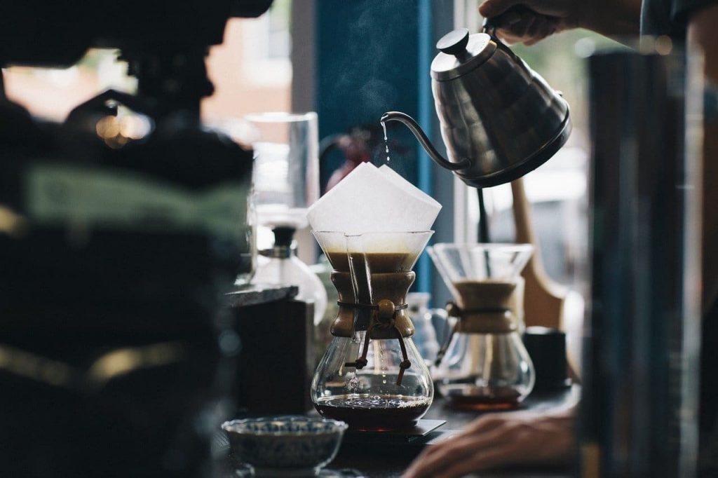 preparando café de la manera tradicional