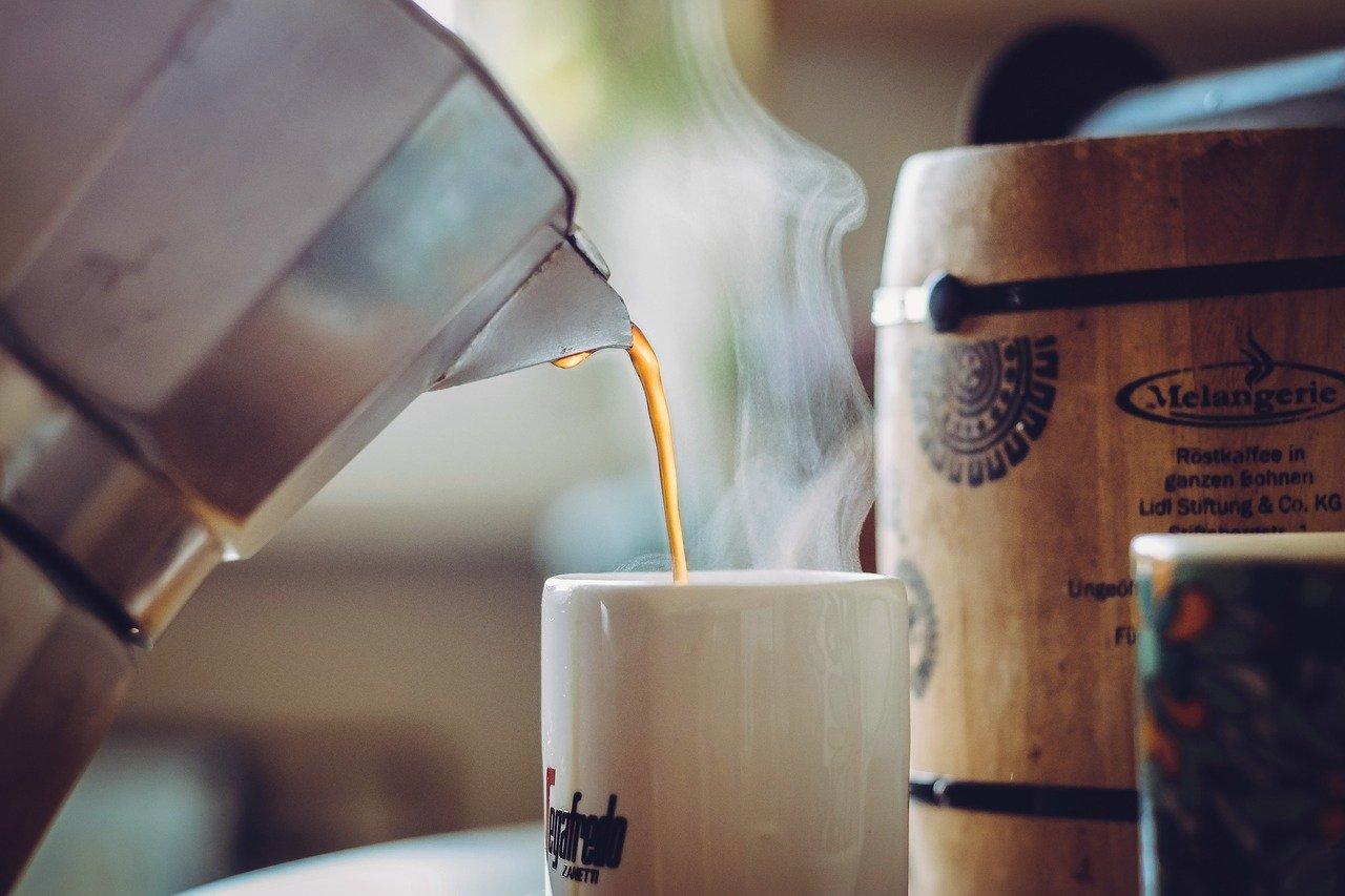 preparando café en cafetera italiana