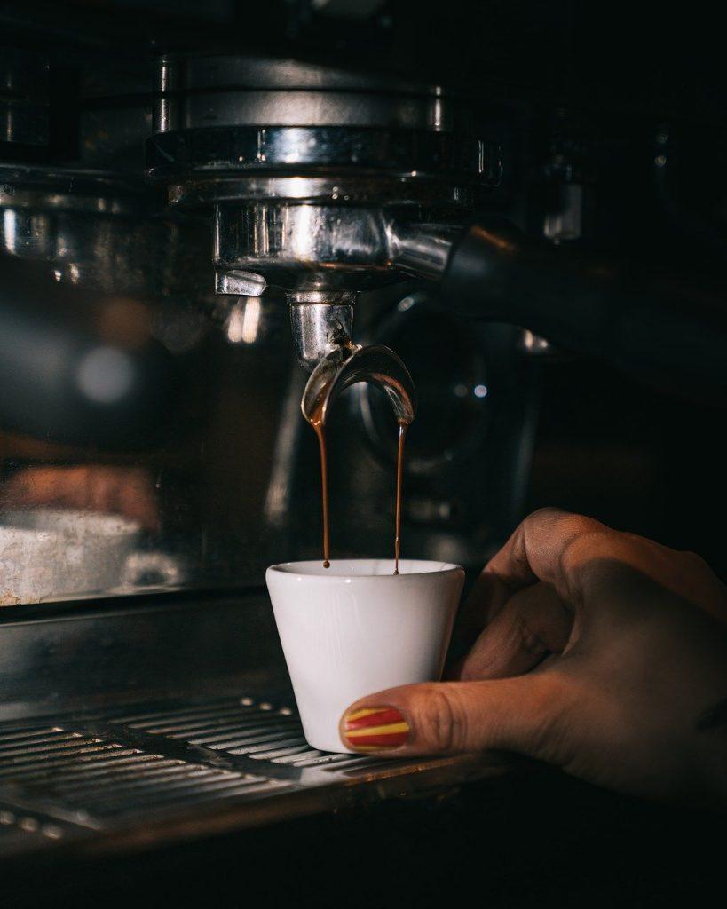 preparando café expreso