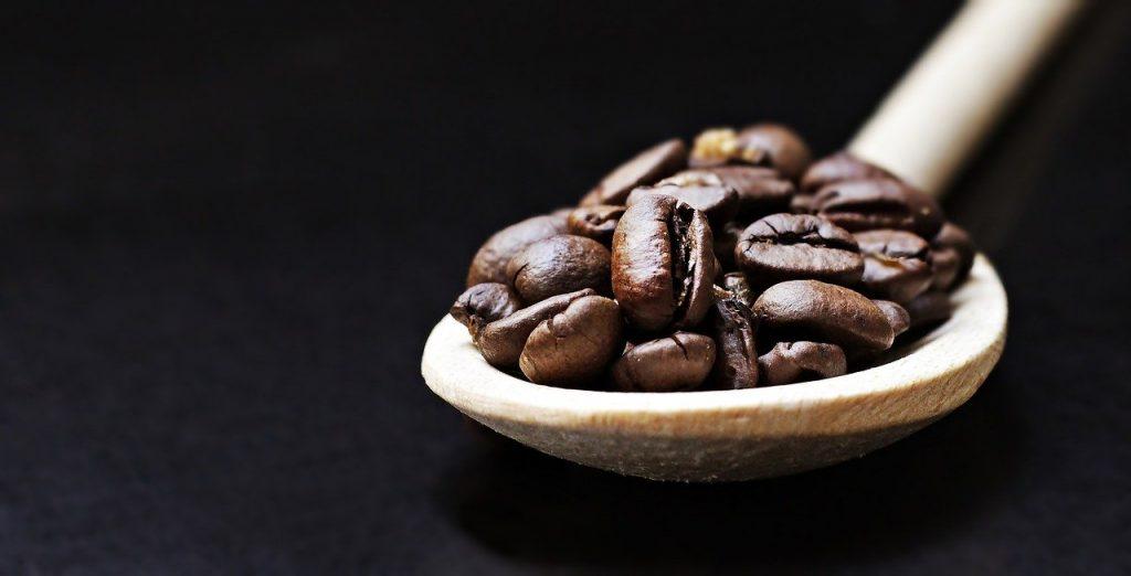 granos de café en una cuchara