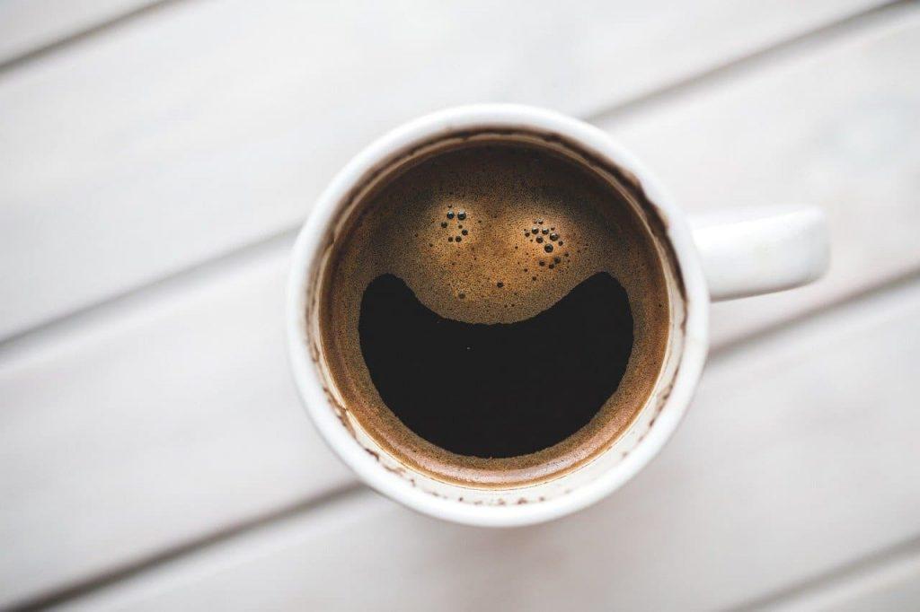 café con cara sonriente