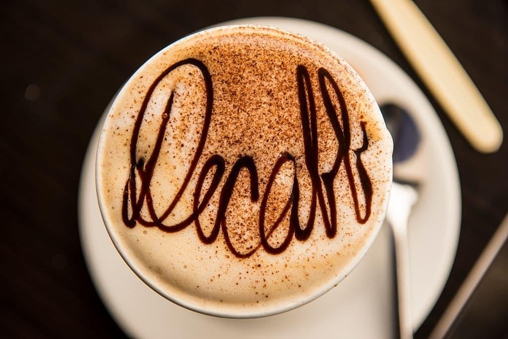 café descafeiado en taza