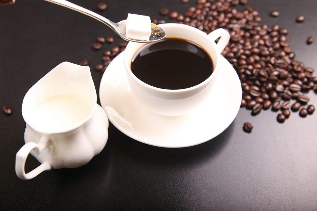 echando azúcar al café