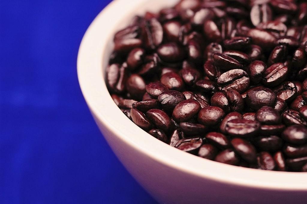 granos de café en bol