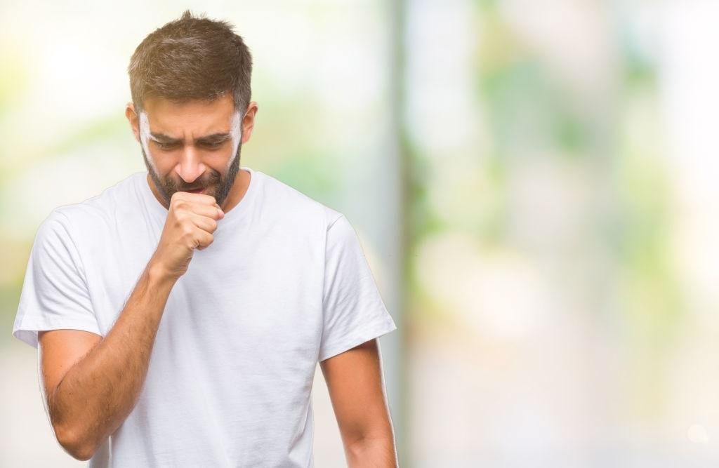 hombre tosiendo a causa del asma
