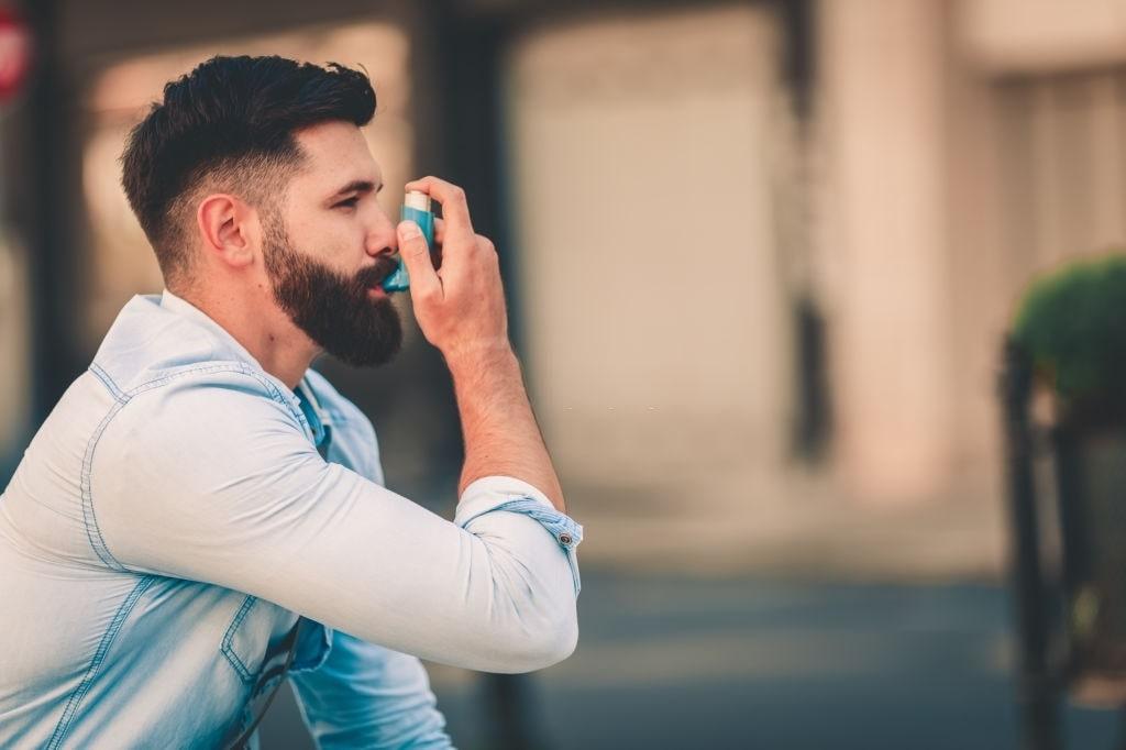 hombre utilizando chute de asma