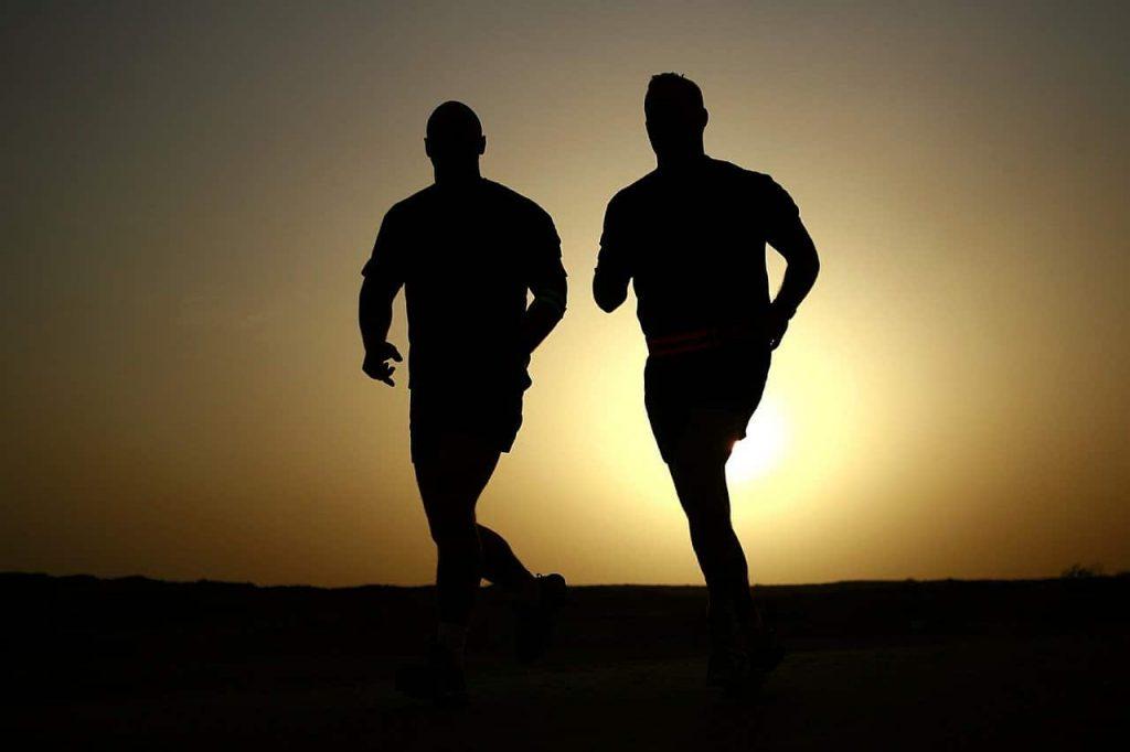 hombres practicando deporte