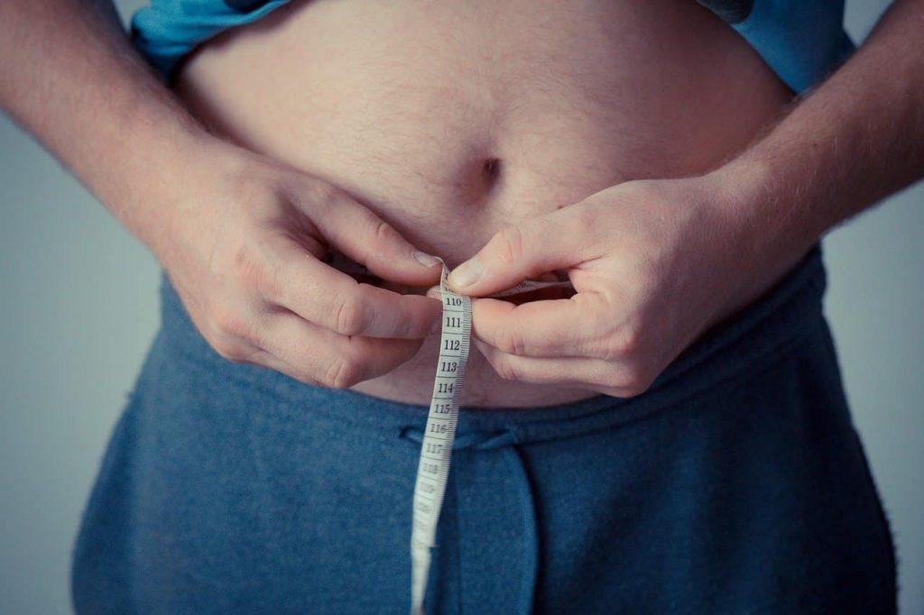 mujer midiendo talla