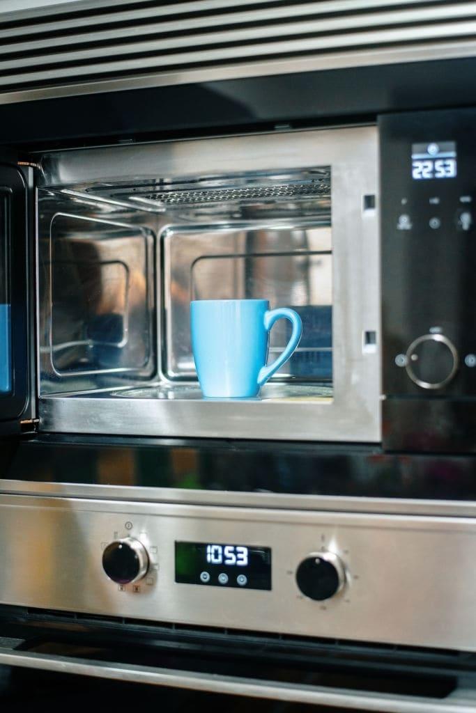 taza dentro de microondas