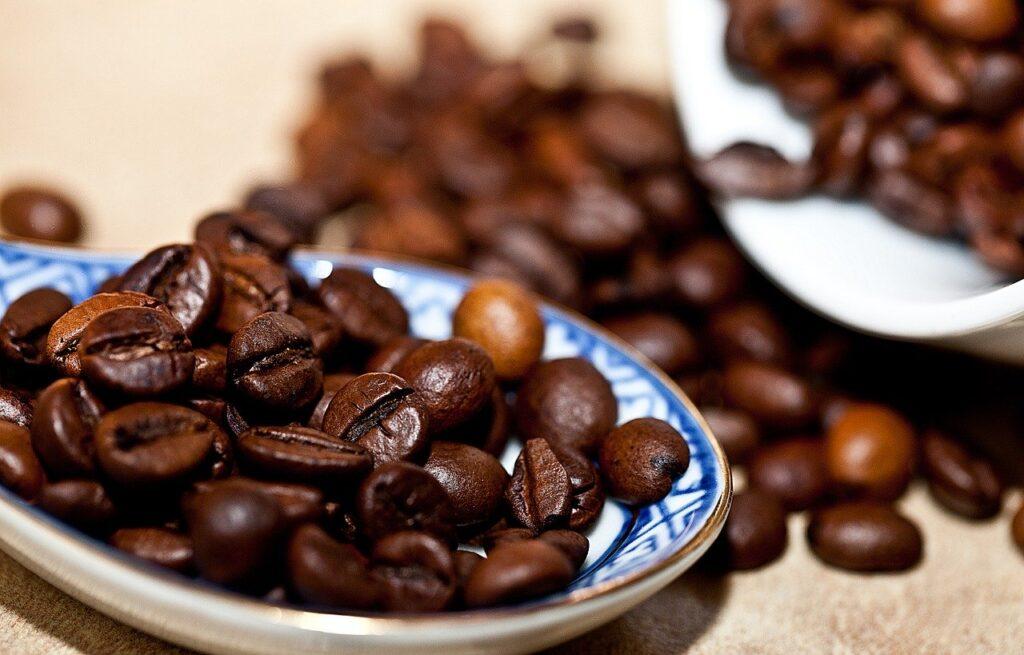 café en grano en cuchara