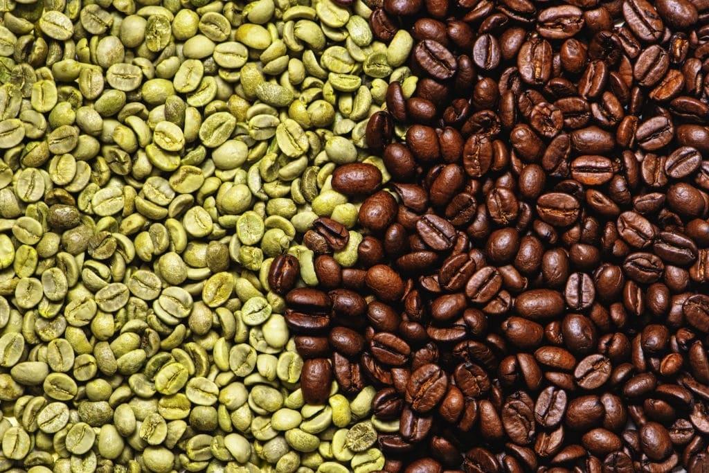 café en grano verde y marrón